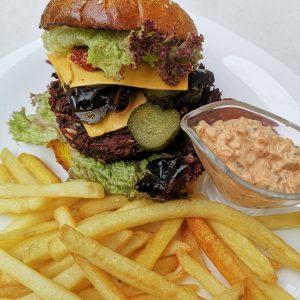 Burger vegetarian cu patty de quinoa si cartofi pai la cuptor